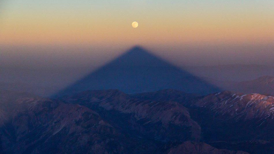 مقارنه ماه و سایه دماوند | عکاس: مجید قهرودی